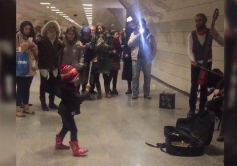 Маленькая девочка дирижирует оркестром